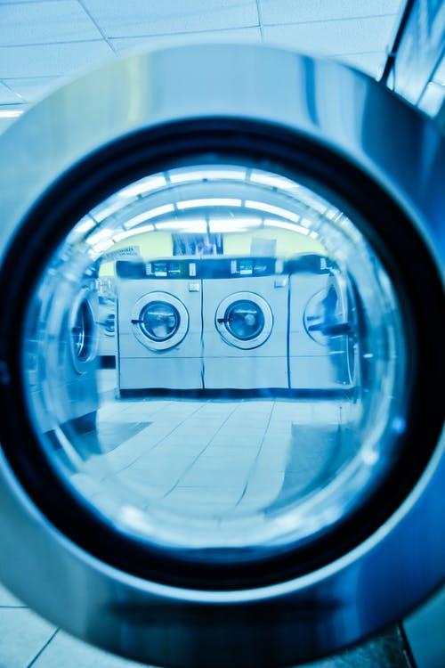 Une machine à laver connectée dans la buanderie de votre maison